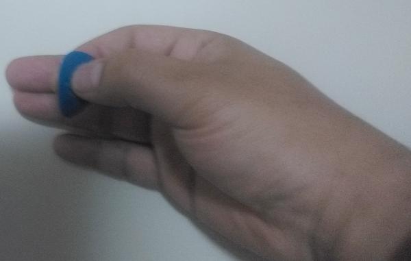 親指の先と人差し指の腹でピックを持つ。